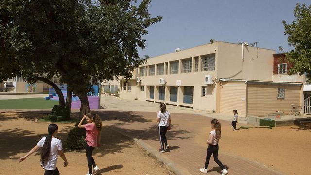 ילדים בבית הספר קפלן בחדרה (צילום: עידו ארז)