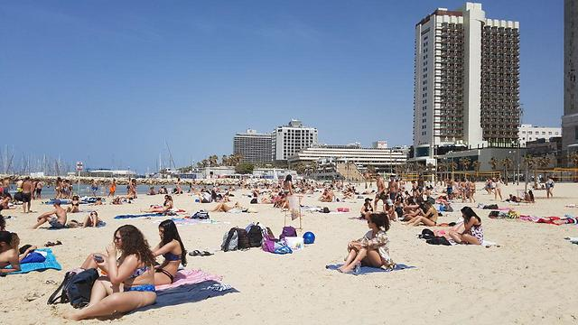 חוף ים בתל אביב  ()