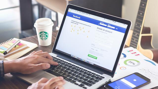 משתמש נכנס לחשבון פייסבוק (קרדיט: shutterstock)
