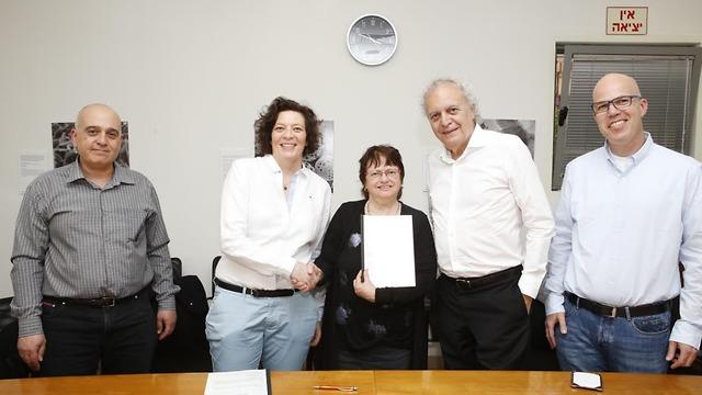 המשתתפים בטקס חתימת ההסכם (צילום: יוני רייף)