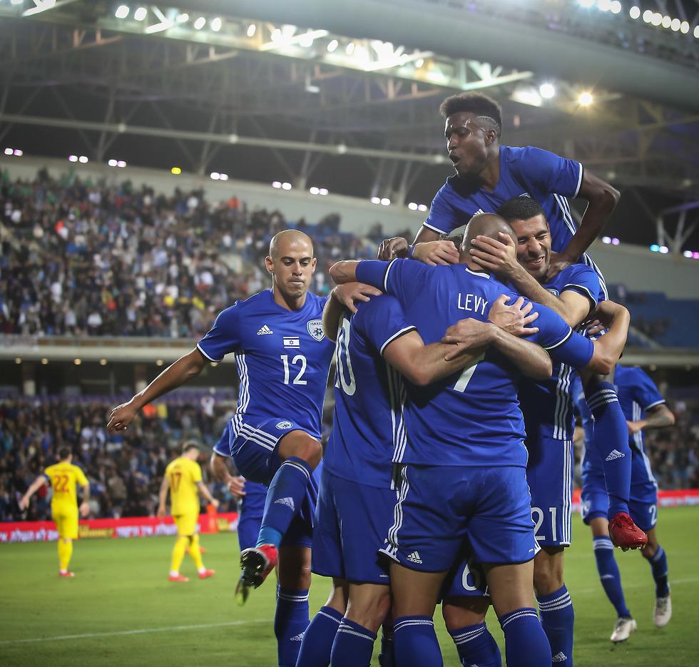 שחקני נבחרת ישראל חוגגים את השער של חמד (צילום: עוז מועלם)