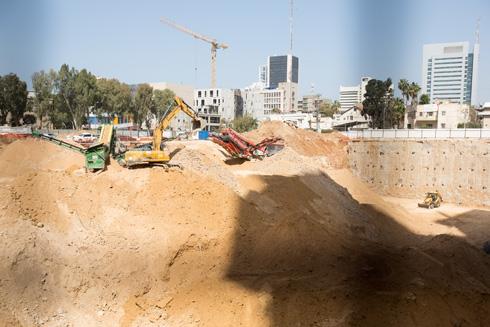 עבודות החפירה באתר מהפנטות את העוברים ושבים (צילום: דור נבו)