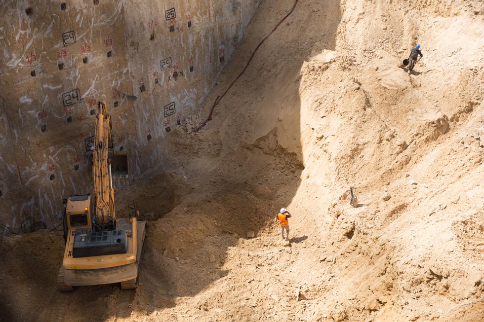 """עומק הבור 18 מטרים (מתוך 28 מטרים שצפויים להיחפר). """"קירות הבטון שאנחנו יוצקים סביב החפירה"""", מסביר המהנדס ישראל דוד, """"בנויים באותה שיטה שבה מבצעים את החומה בין ישראל לעזה""""  (צילום: דור נבו)"""