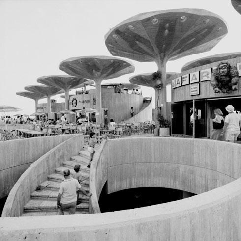 המסעדות עם פטריות הבטון, פעם. העירייה כבר הרסה את הפטריות, ורכטר מציע להרוס גם את המסעדות כדי לפתוח את המבט לים (צילום: באדיבות מרכז רכטר לאדריכלות)