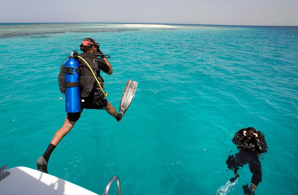 סעודיה צוללנית נוף אל אוסיימי מגלים סודות הים האדום (צילום: AP)