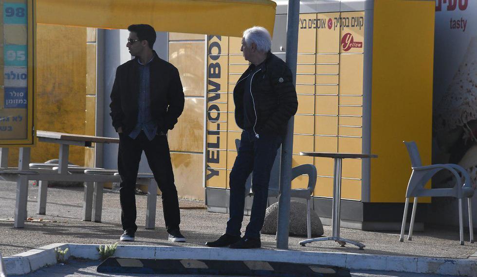 שאול אלוביץ' בתחנת דלק ליד לה