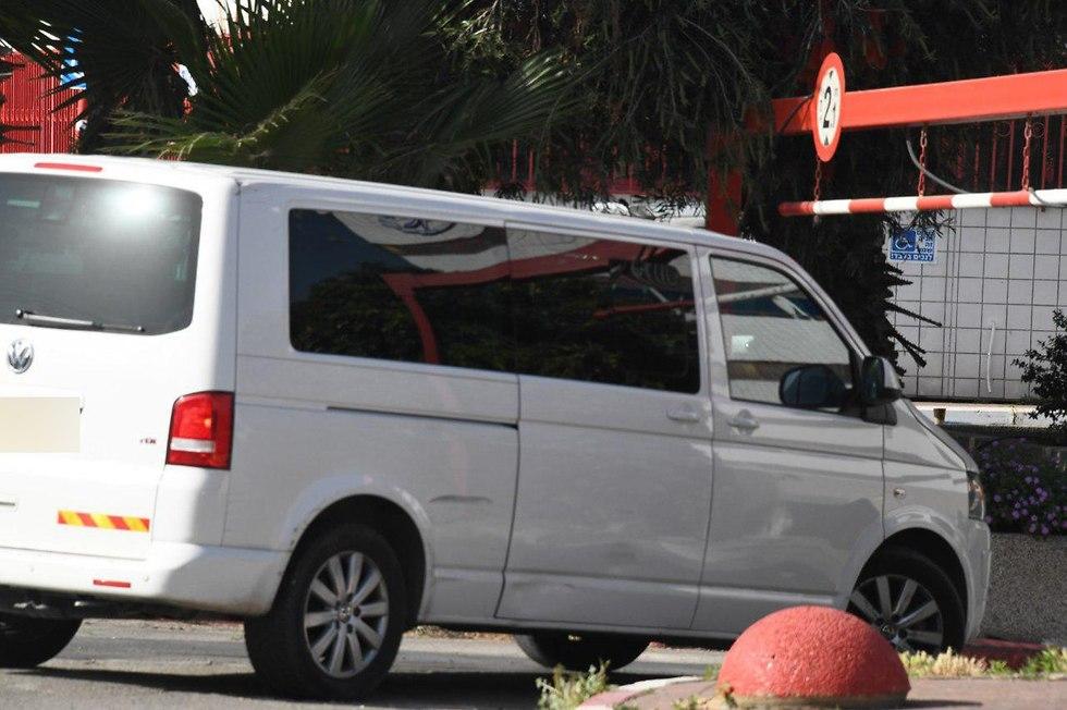 שרה נתניהו מגיע ברכב ליחידת החקירות לה