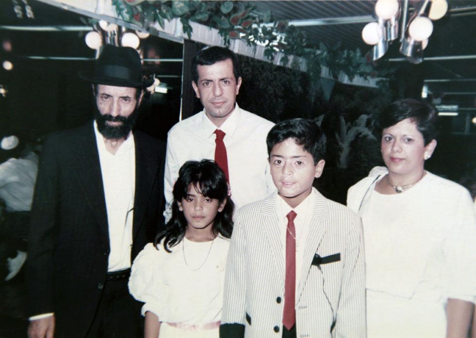 """קיסר בילדותו (שני מימין) עם אמו, אחותו, אביו וסבו. """"רוב הטבעונים היום הם ימנים, ספרדים, מהפריפריה"""" (צילום רפרודוקציה: יריב כץ)"""