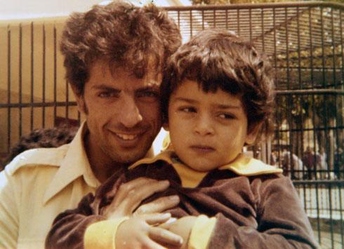 """בילדותו, עם אביו בגן חיות. """"זה היה חלק מהחינוך שלו"""" (צילום רפרודוקציה: יריב כץ)"""