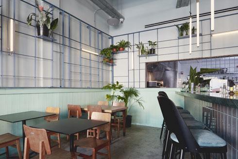 גריד מתכת על הקירות יוצר טקסטורה תלת ממדית (צילום: מתן כץ)