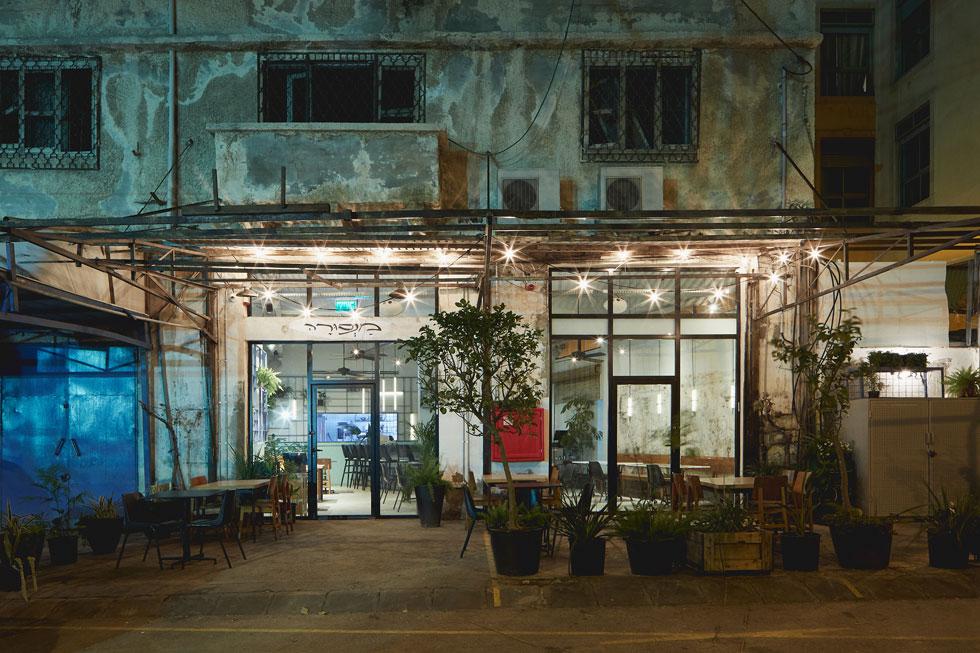 """המסעדה ממוקמת בחלל שבעבר היו בו חנות פרחים ומוסך. את העיצוב החדש מגדירות המעצבות כ""""חוסר שלמות חיובי"""", ומכוונות לשילוב שעשו בין ליטוש לחספוס   (צילום: מתן כץ)"""