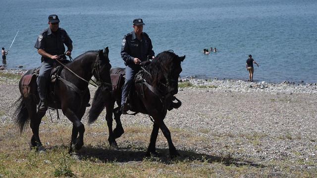 Конная полиция у озера Кинерет. Фото: Авигу Шапира