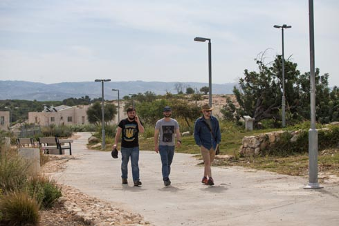 שביל טבעתי רחב מקיף את שלושת חלקי הפארק (צילום: אלכס קולומויסקי)