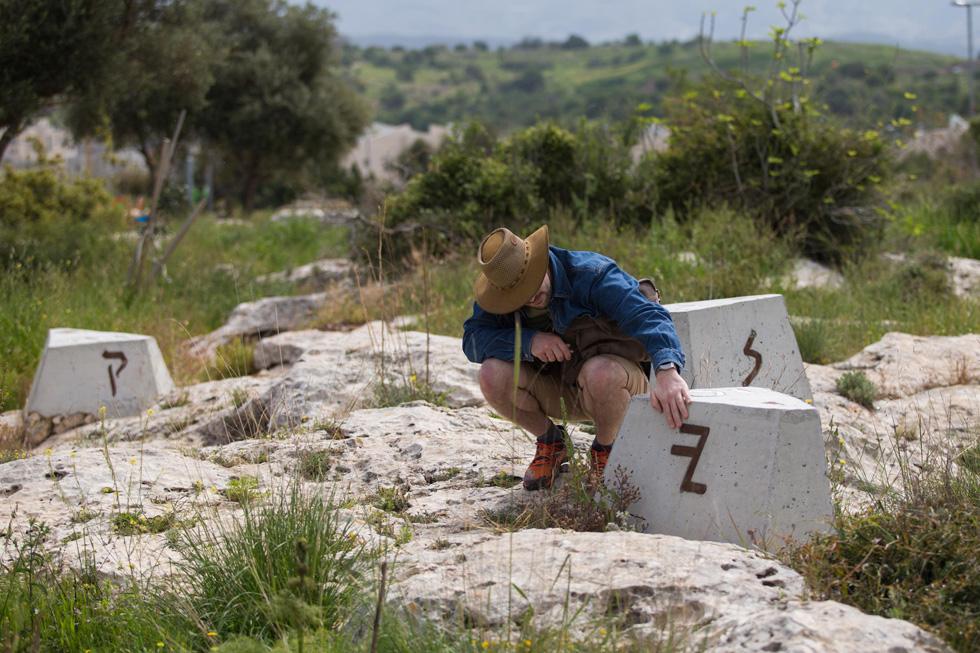 למשוטטים בגן החדש נדמה, כאילו הם נמצאים בשמורת טבע. האמת שונה בתכלית: חפירות ארכיאולוגיות פצעו את האתר, ואחר כך נחצבו כאן כבישים גדולים על ידי דחפורים. היה צורך לאחות את הנתקים ולכסות על הפצעים בנוף (צילום: אלכס קולומויסקי)