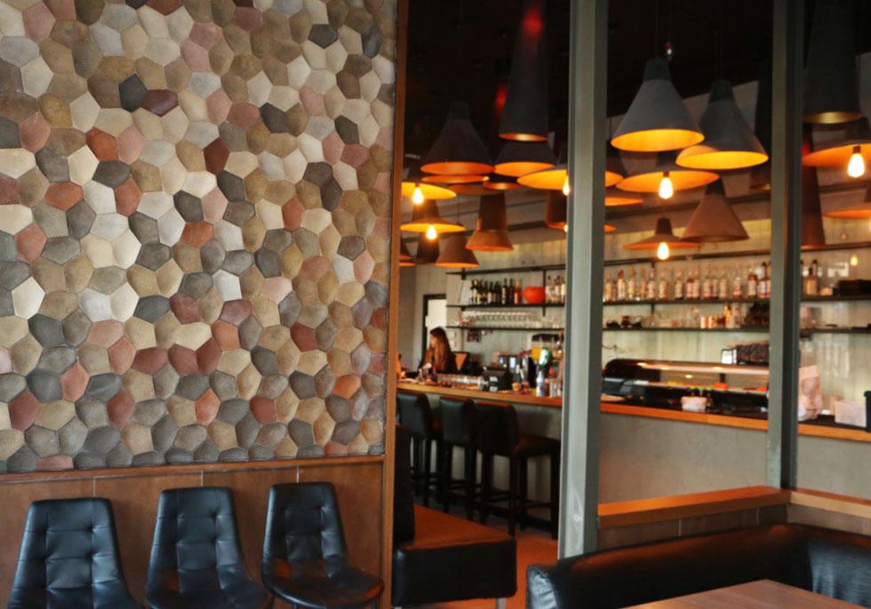 קיר של אריחי hex, שהותקן השבוע במסעדת ''ריבר'' החדשה ברמת גן, בעיצוב סטודיו OMY (צילום: סטודיו קריאטרה)