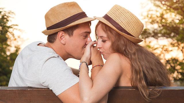 זוג מאוהב מחזיק ידיים בחוץ (צילום: Shutterstock)