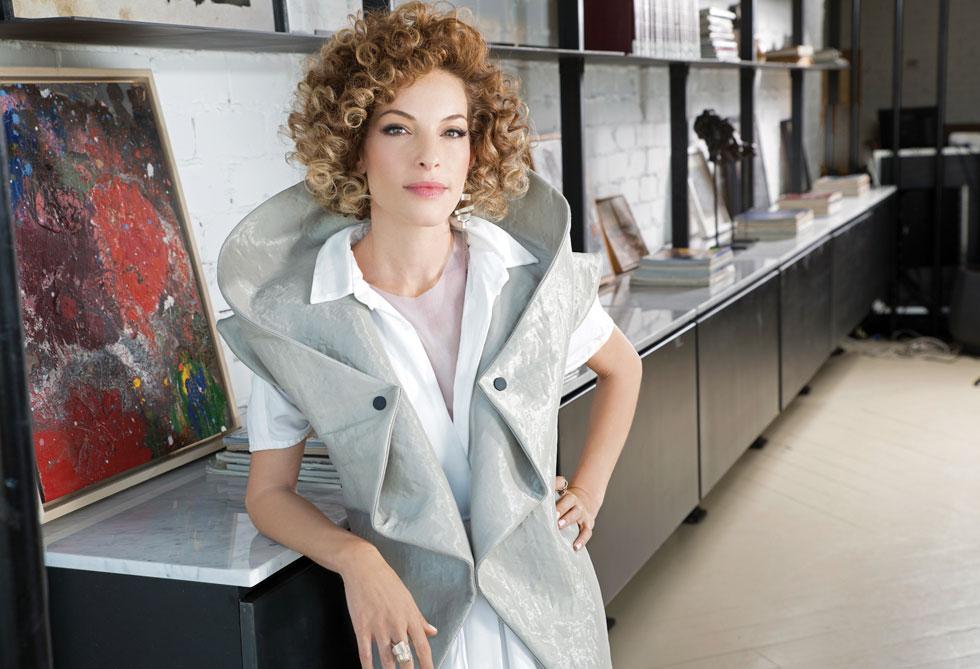 """""""ההתבוננות גורמת לי ליצור רעיונות חדשים ולקשור בין עולמות"""" (צילום: עמיר צוק, סטיילינג: Keke Fashion Design)"""
