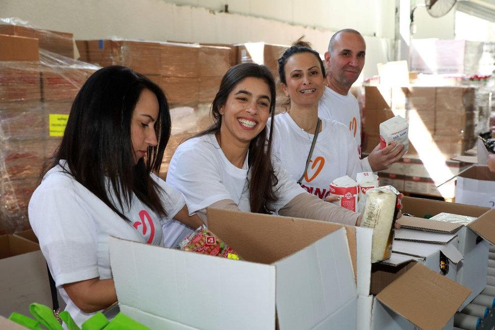 מתנדבים מסדרים מזון בארגזים  ()