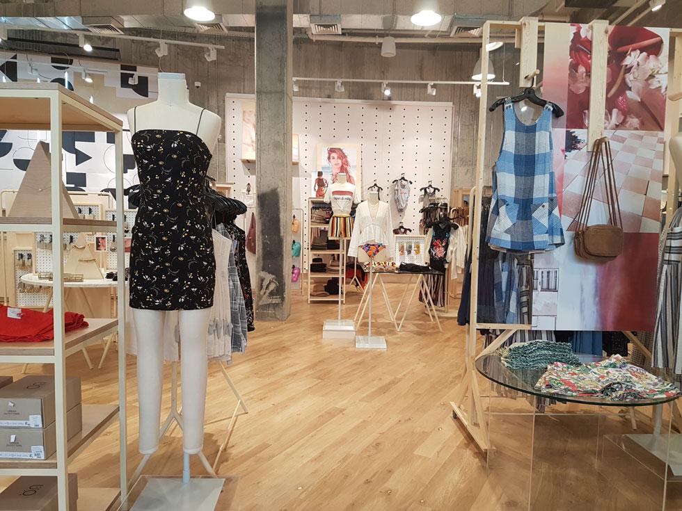"""אורבן אאוטפיטרס באשדוד. אחת מחנויות האופנה הגדולות בישראל, המשתרעת על פני 1,100 מ""""ר בשתי קומות המעוצבות בצבעים בהירים"""