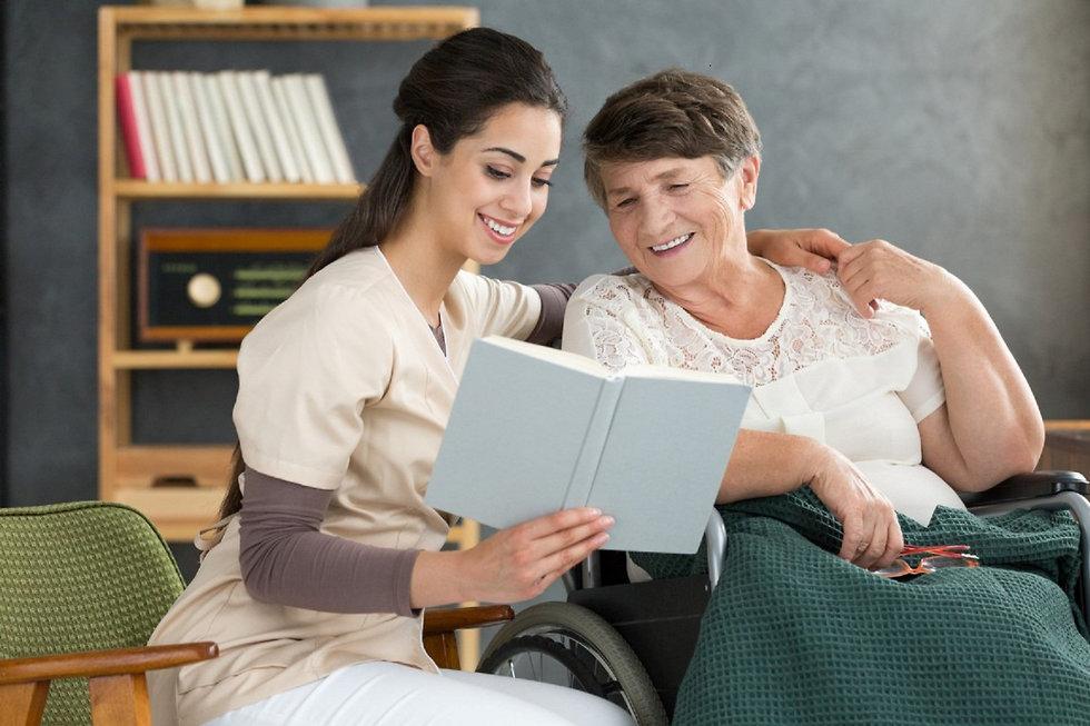 אישה צעירה יושבת בספה ליד אישה מבוגרת ממנה ומחבקת אותה ()