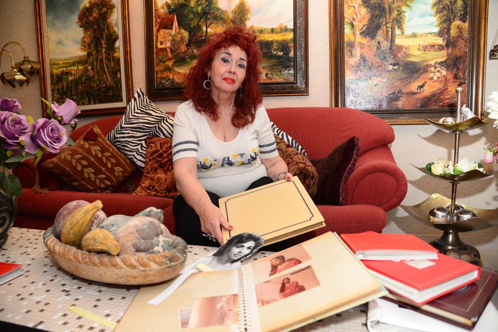 """עדנה דרוקר עם אלבומיה של בתה נילי, השבוע בביתה בבאר שבע. """"אני רוצה לבקש את סליחתה על כך שלא הצלחנו לעזור לה"""" (צילום: הרצל יוסף)"""
