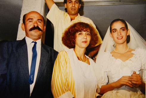 """דרוקר (מימין) בחתונתה, עם אמה עדנה, בחיר ליבה מוריס ואביה ולרי. """"הייתה שמחה לעזור לאנשים אחרים לחיות"""" (צילום רפרודוקציה: הרצל יוסף)"""
