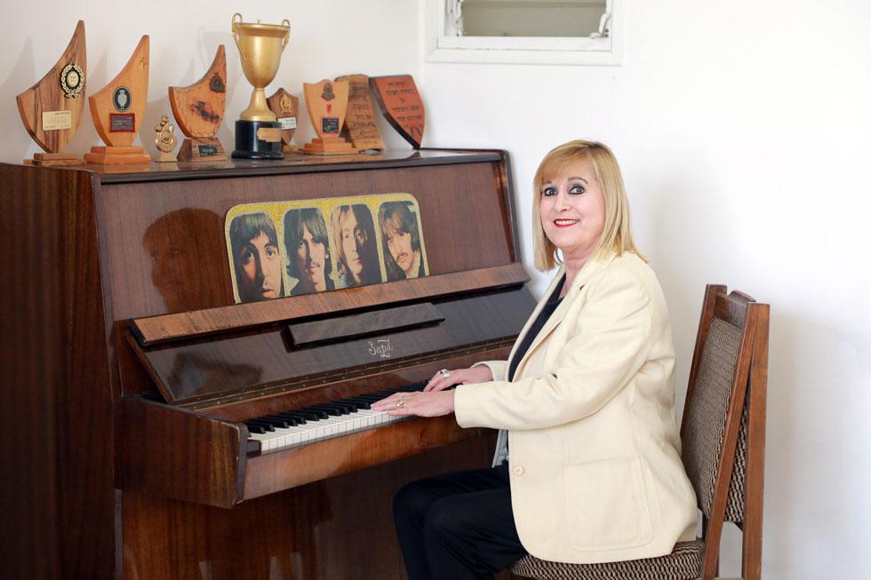 """דותן כיום. למטה: שרה את """"תנו לנו יד ונלך"""" בפסטיבל הזמר 1973 (צילום: דנה קופל)"""