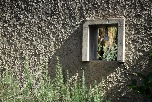 היום הוא עומד נעול, בין בתים חדשים שנבנים בשכונה על חורבות הישנים