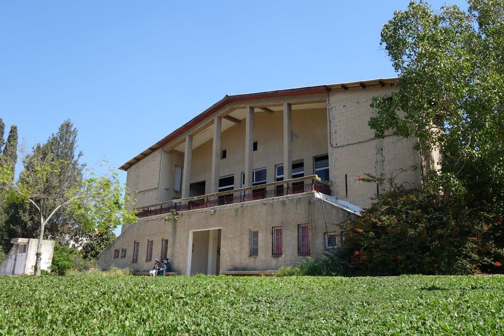 החזית הסימטרית המרשימה של בית התרבות בקיבוץ בית השיטה, בתכנון שמואל ביקלס (צילום: מיכאל יעקובסון)