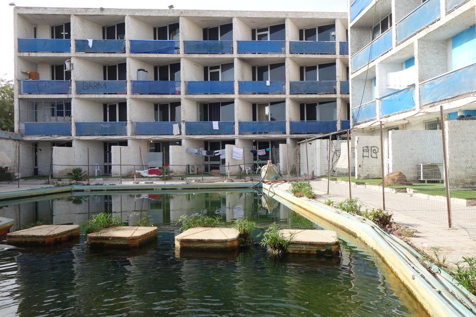 הבריכה של מלון הסלע האדום באילת, שהיה בבעלותו של אלי פפושדו. הבריכה הייתה חלק מהנוף, ללא גדרות או מחסומים בינה לבין החוף (צילום: מיכאל יעקובסון)