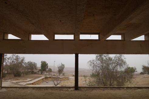 מלון מצדה הנטוש בערד. מחדר האוכל נשקף נוף מרהיב של מדבר יהודה (צילום: מיכאל יעקובסון)