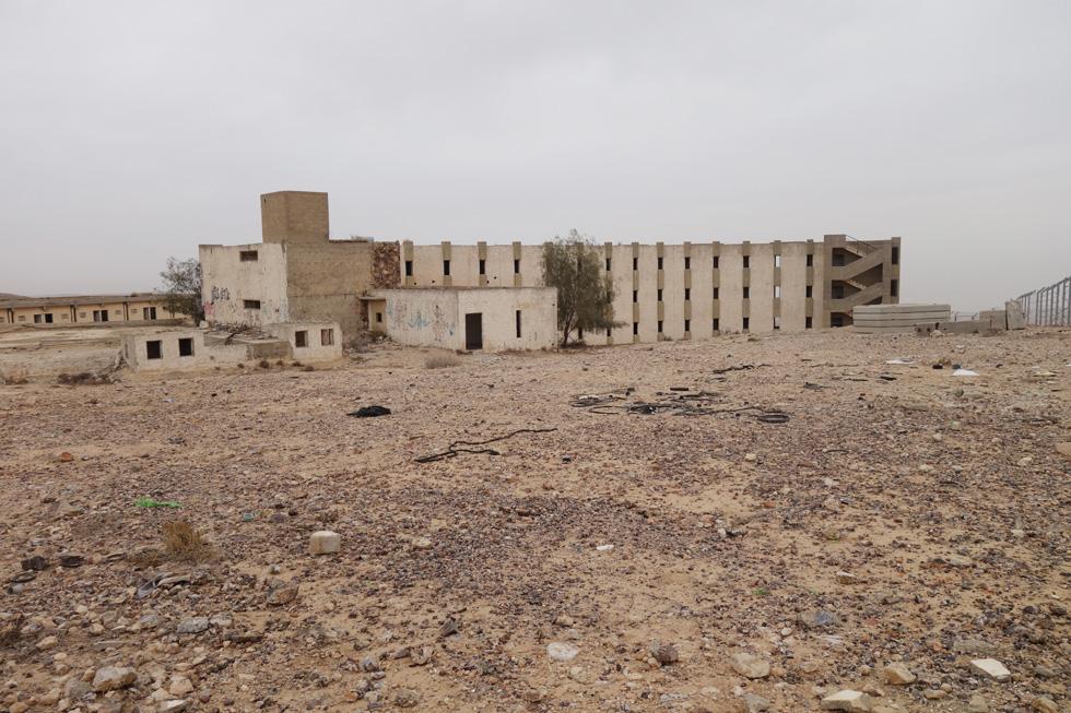 מלון מצדה הנטוש בטיילת מואב, ערד. מבנה סולידי שמשתלב היטב בצבעי המדבר (צילום: מיכאל יעקובסון)