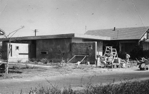 בית משפחת רול בזמן הבנייה (צילום: אוסף משה לופנפלד ארכיון אדריכלות ישראל)