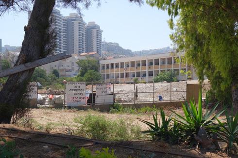 המגדלים החדשים של חיפה ברקע, ויש גם כתובות (צילום: מיכאל יעקובסון)