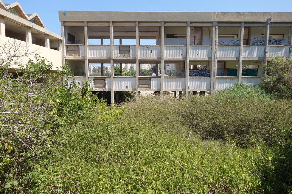 בית ספר שו''ב בחיפה. החצר הפנימית והמסדרונות-מרפסות העניקו למבנה את איכויותיו (צילום: מיכאל יעקובסון)