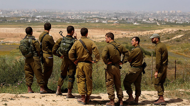 IDF troops being briefed on the Gaza border (Photo: Reuters)