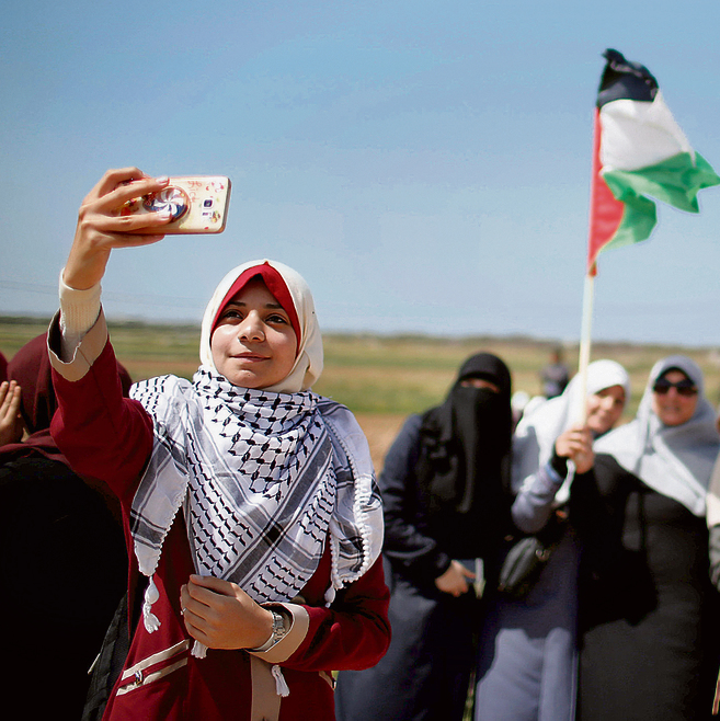 """נשים פלסטיניות בגבול עזה, אתמול. """"הפקודות הן למנוע ריצה המונית לגדר ולהימנע ככל האפשר מפגיעה בנפש"""""""