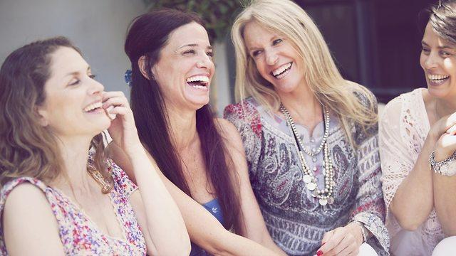 ארבע נשים מחייכות (צילום: Shutterstock)