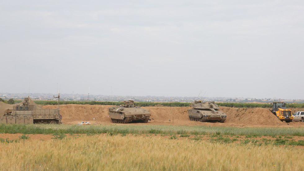 IDF tanks near the Gaza border (Photo: Barel Efraim)