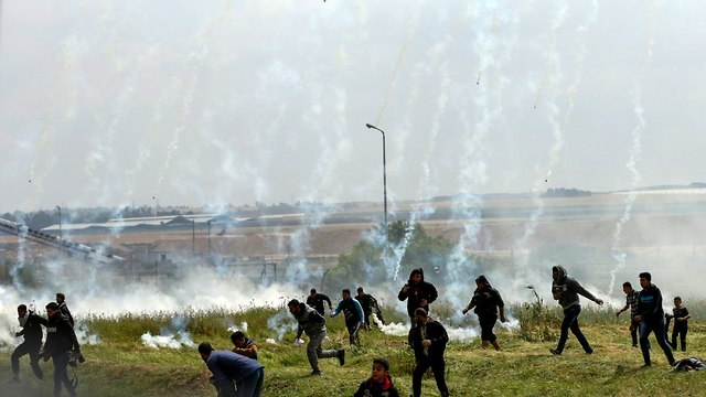 Tear gas dropped onto Palestinian rioters in Gaza (Photo: AFP)