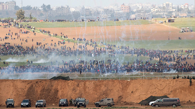 Tear gas dropped onto Palestinian rioters in Gaza (Photo: EPA)