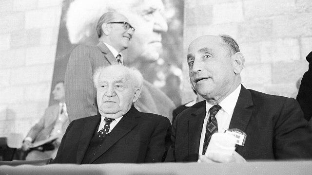 איסר הראל עם דוד בן גוריון ב 1973 (צילום: דוד רובינגר)