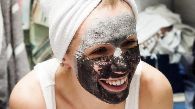 אישה עם מסכה לעור הפנים (צילום: shutterstock)