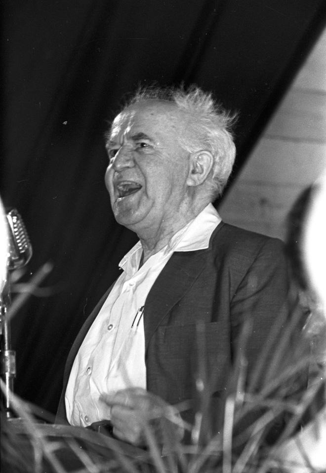 """בן גוריון בכנס בחירות בירושלים, 1961. """"עינינו מופנות אל העתיד ולא אל העבר"""" (צילום: דוד רובינגר)"""