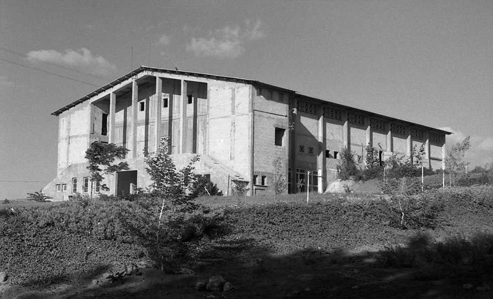 החזית הושפעה מאדריכלות ניאו קלאסית, שהייתה פופולרית באירופה בסוף המאה ה-19 (צילום: עזריה אלון)