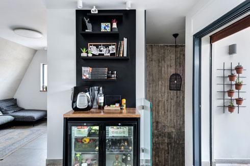 קיר אווירה בכניסה לקומה השנייה כולל מדפים ומקרר שקוף  (צילום: עודד סמדר)