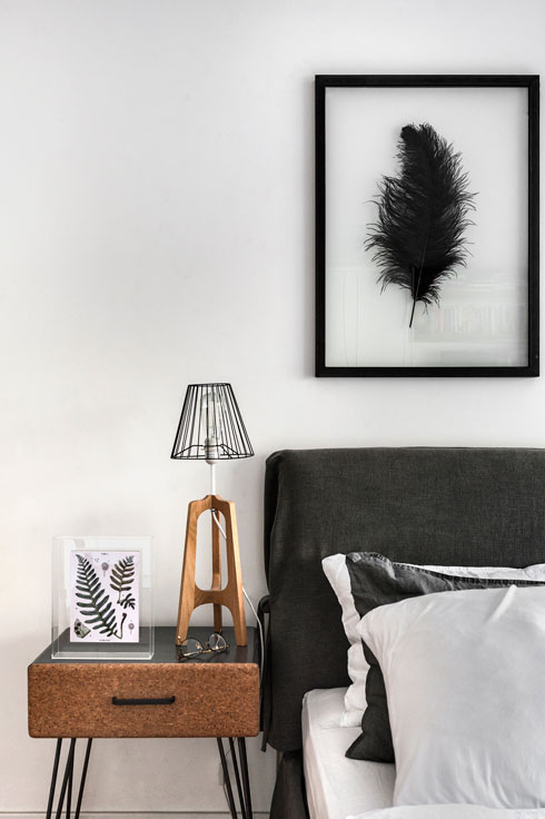 שילוב עכשווי של לבן, אפור, שחור ועץ בכל הדירה (צילום: עודד סמדר)