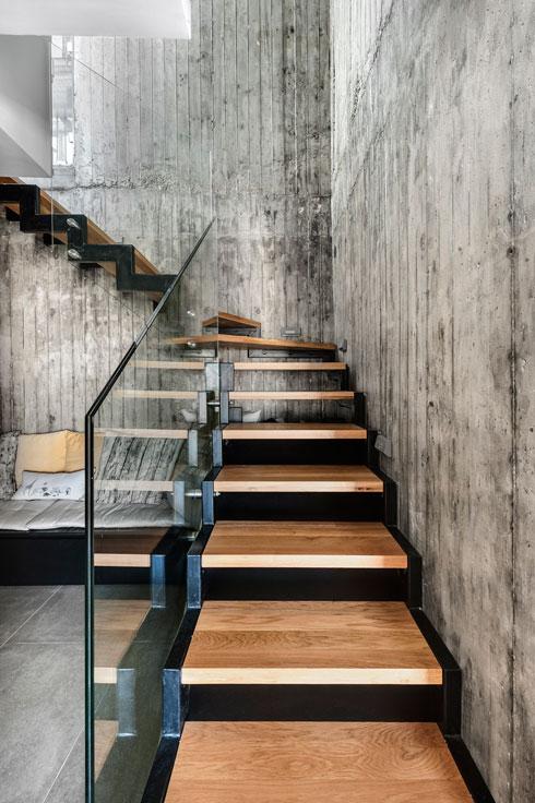 גרם המדרגות וקירות הבטון מקנים טון מחוספס (צילום: עודד סמדר)