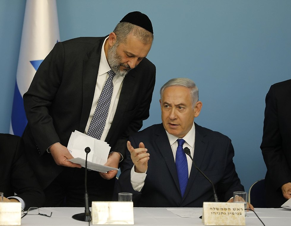Deri and Netanyahu, at the press conference (Photo: Ohad Zwigenberg)