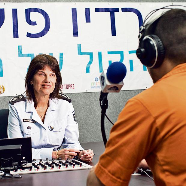 """קלינגר בתחנת """"רדיו פוקוס"""" בכלא איילון. אסירים משדרים לכלל האסירים בבתי הסוהר"""